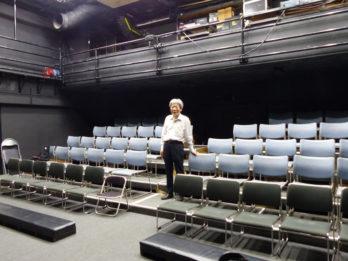 舞台空間と客席が密接した臨場感溢れる小劇場です。