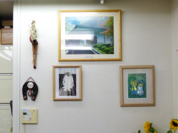 店内には、お客様から頂戴した作品やお土産をたくさん飾っています。