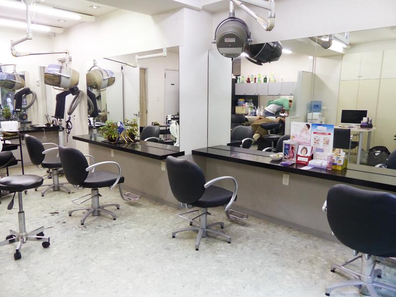 大きな鏡が特徴の明るく広々した店内。