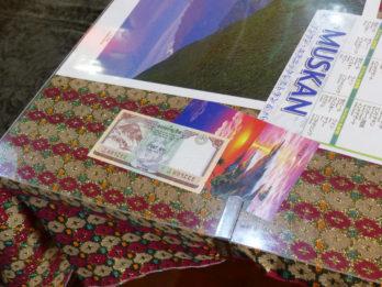 ネパールのお札など、テーブルにはそれぞれ違ったものが見えます。お楽しみに♪